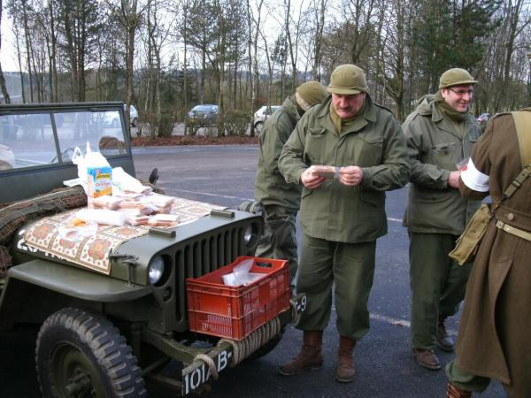 Casse croute sur le capot de la jeep Bastogne  2011